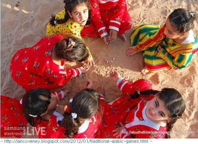 공기놀이와 비슷한 Al Saqlah라는 놀이를 하는 여자아이들