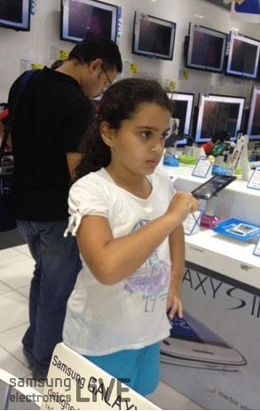 스마트TV로 앵그리버드 게임을 하고 있는 여자아이의 모습