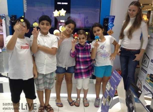 앵그리버드 인형을 받고 단체로 사진을 찍은 아이들의 모습