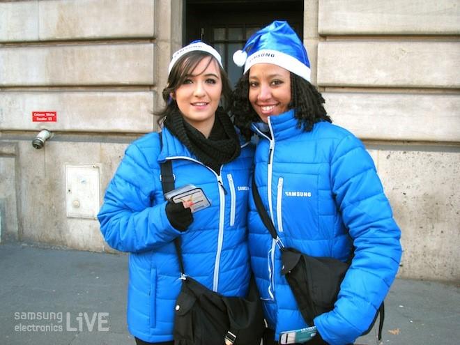 파란 패팅을 입은 여성들