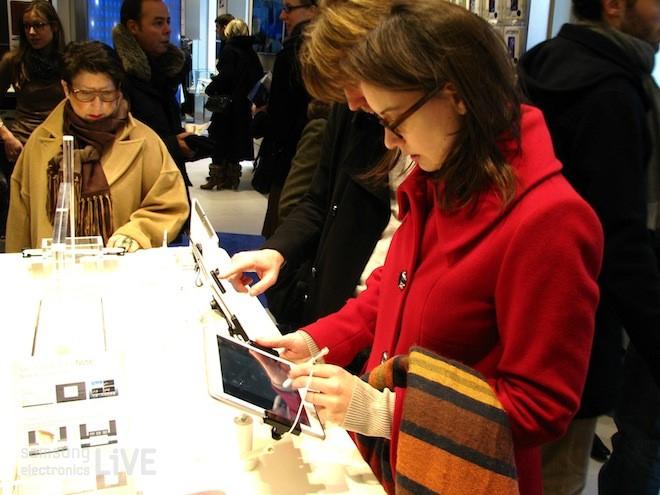 삼성제품을 체험하는 여성