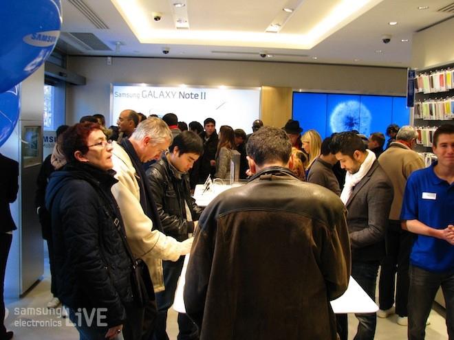 삼성 모바일 스토어에 모인 사람들