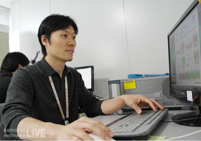 컴퓨터를 하는 직원