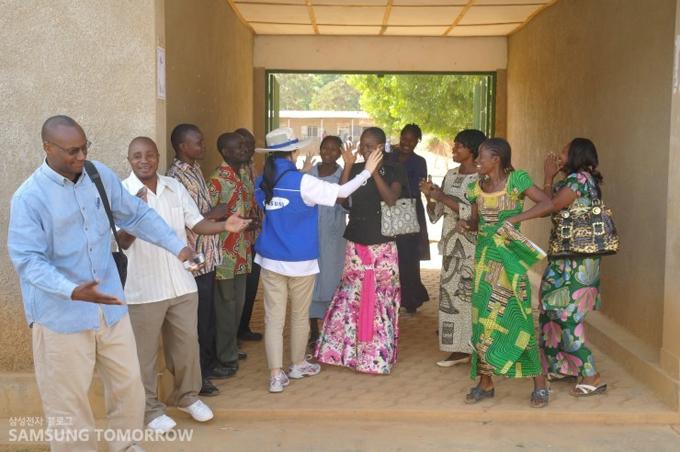 봉사단을 맞이해 주는 콩고 사람들