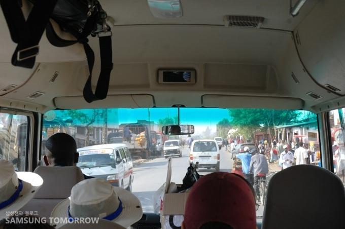 학교로 가는 버스안