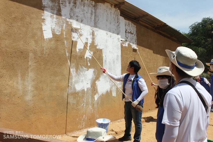벽을 칠하는 단원들