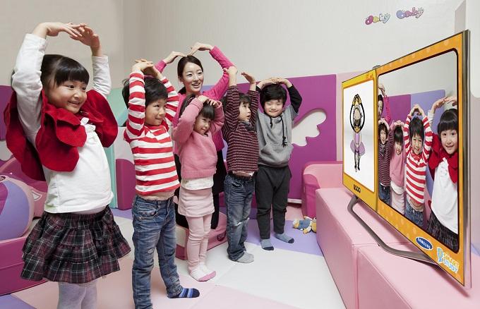 하트를 그리는 아이들이 TV 카메라에 나오고 있다