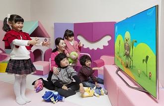 아이들이 스마트 TV로 게임을 하고 있다