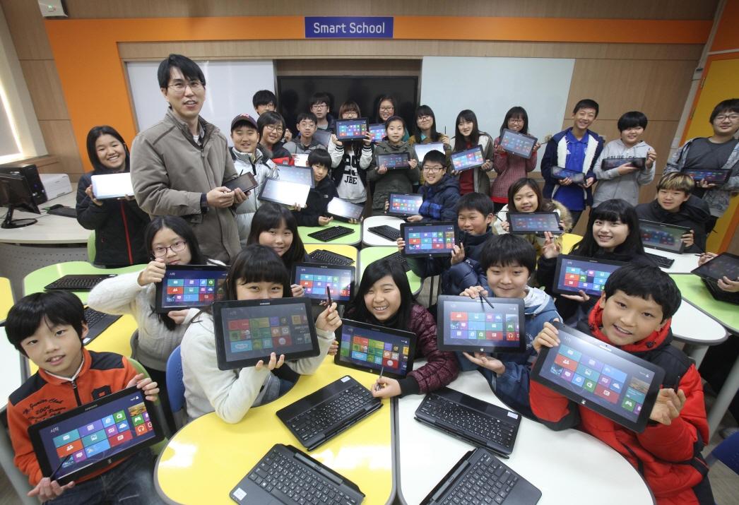 윈도우 8을 들고 있는 아이들