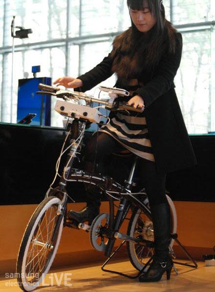 자전거를 타고 있는 여자