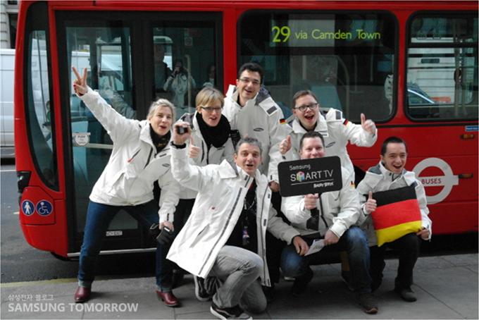 버스앞의 참가자들