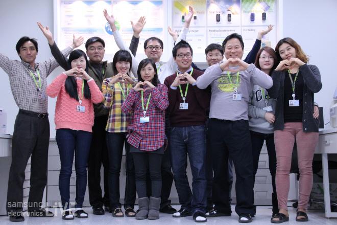 신뢰성시험그룹 임직원들의 단체사진