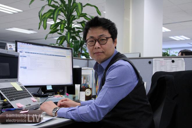 제품환경그룹(CS환경 )허영채 과장이 근무중인 모습