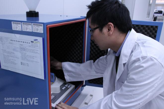 구미신뢰성파트(무선) 손천일 사원이 실험을 하는 모습