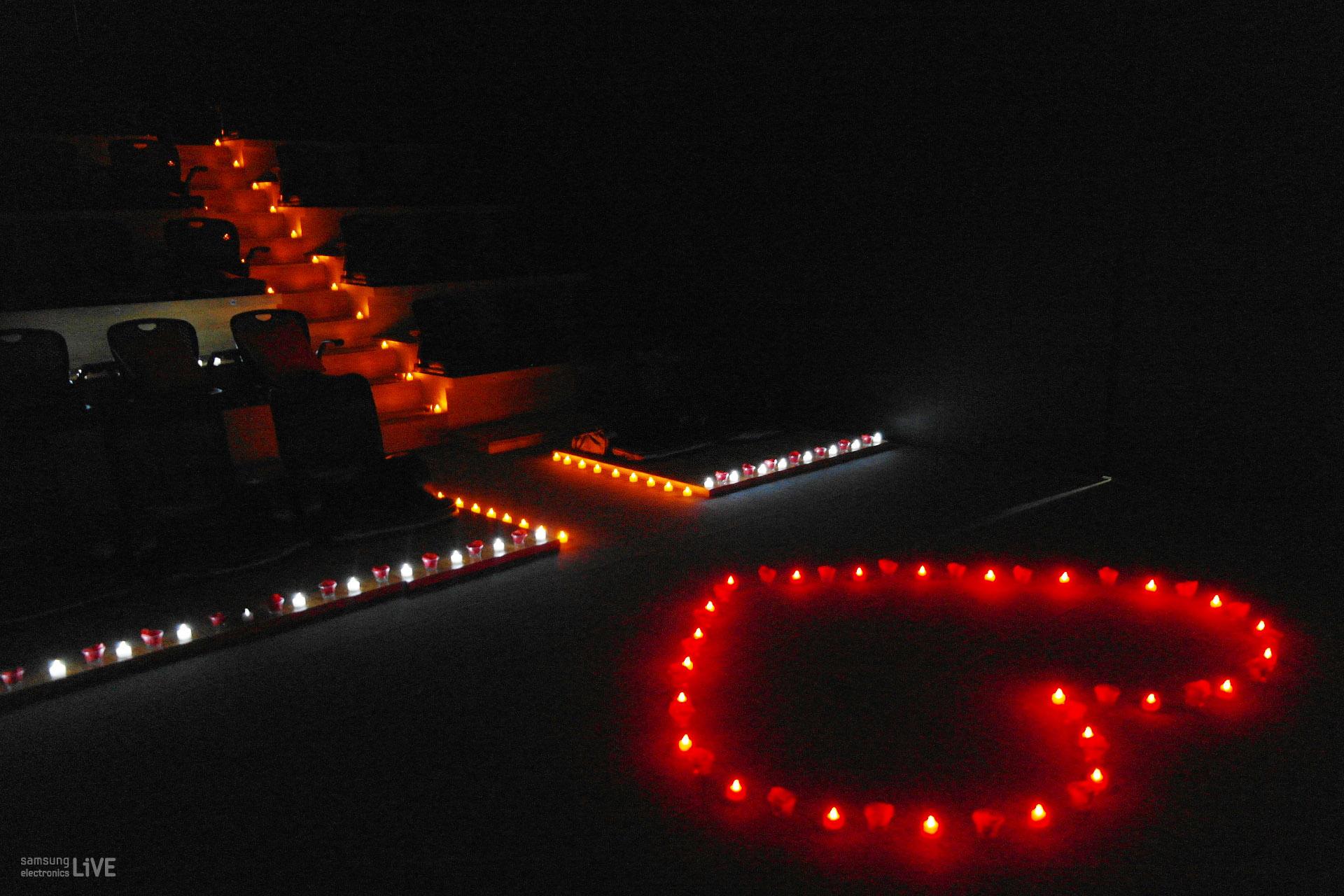 어두운 공간에 하트 촛불이 켜져있다.