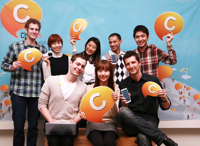 ChatON아이콘을 들고 단체사진을 찍은 모습