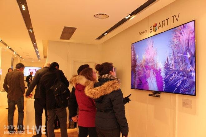 삼성 Smart TV ES9000를 보고 있다