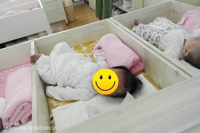 누워있는 아기