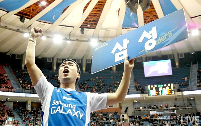 삼성 플랜카드를 든 서한국 응원단장