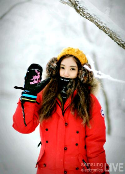 빨간색 겨울옷을 입은 정수정 사원