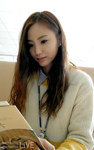 책을 읽고 있는 정수정 사원