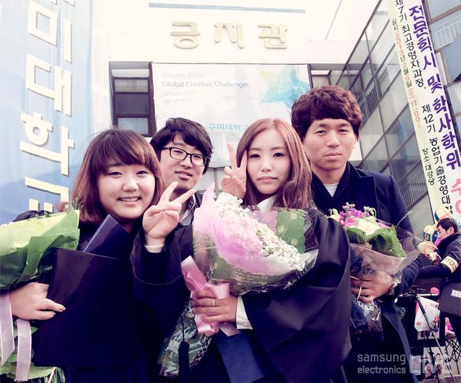 대학 졸업후 꽃다발을 안고 찍은 기념사진