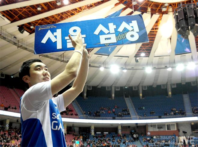 서울 삼성 플랜카드를 든 서한국 응원단장