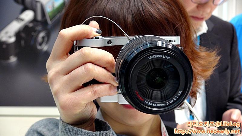 NX300카메라로 사진을 찍는 모습을 찍은 사진