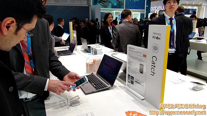 삼성 부스에서 제품을  체험하는 사람들