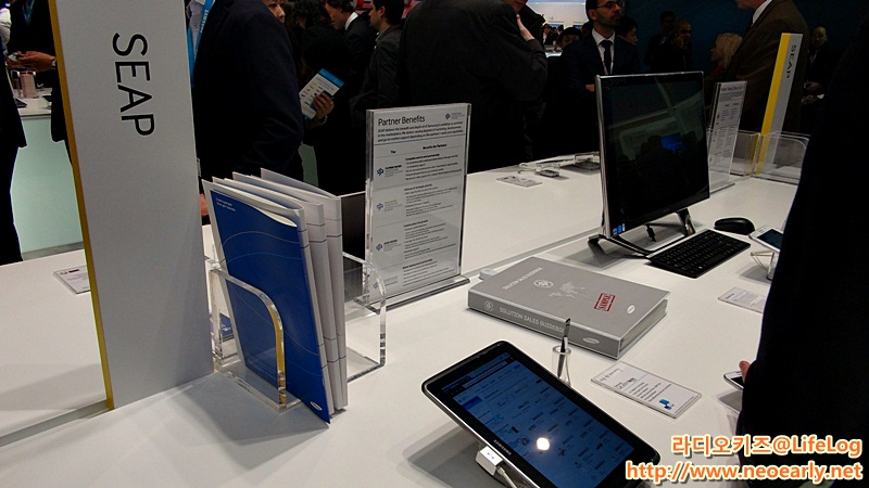 삼성 부스에 제품이 전시되어 있다