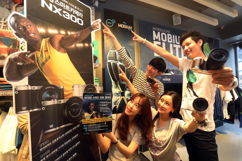 푸마 매장에 마련한 'NX300 체험존' 카메라를 들고 포즈를 취하는 모델들