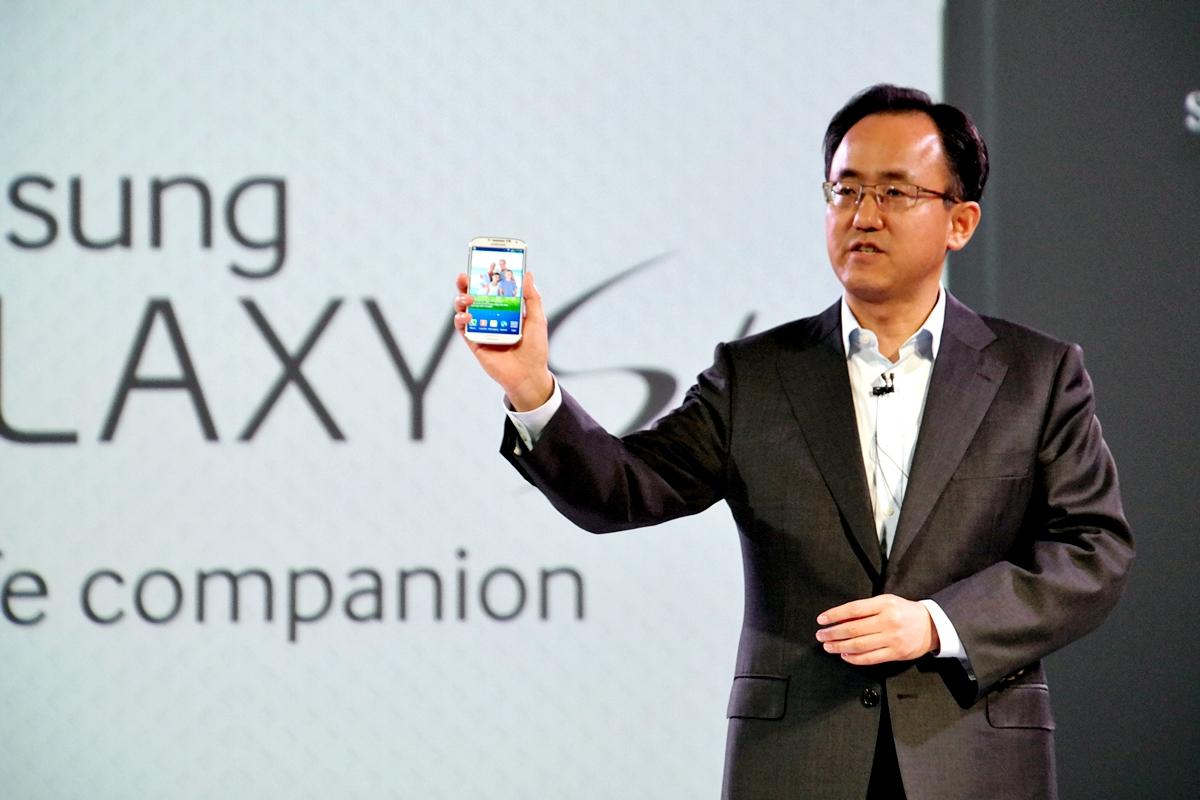 갤럭시S4를 소개하는 김석필 삼성전자 구주총괄 부사장 모습입니다.
