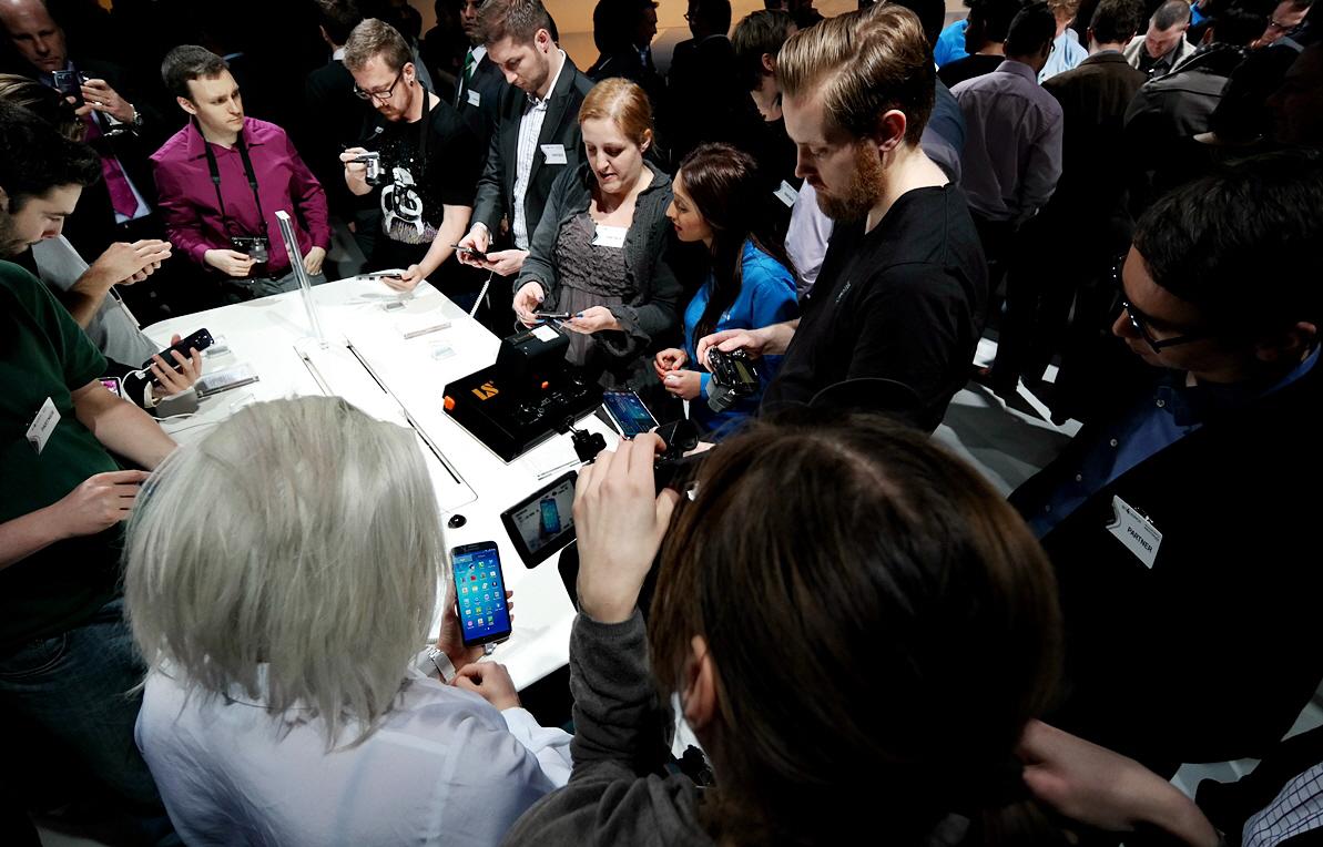 현장에서 제품을 체험해보고 있는 참석자들의 모습입니다.