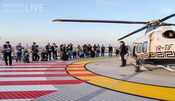 행사장의 건물 옥상에 착륙한 헬리콥터