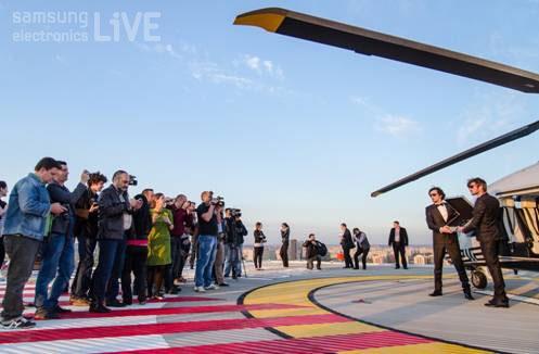 헬리콥터에서 내린 정장입은 사람들이 007가방안에 들어있는 갤럭시S4를 공개