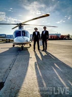 헬리콥터와 007가방을 들고 있는 요원의 모습