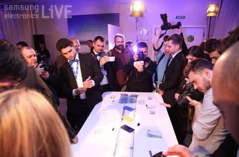 제품체험테이블에 모여 갤럭시S4제품을 제험하는 시간