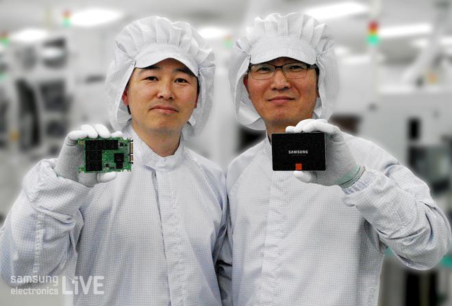 삼성전자 SSD를 들고 있는 직원들