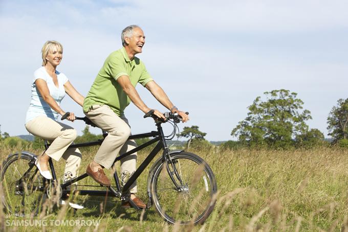 노부부가 자전거를 타는 모습