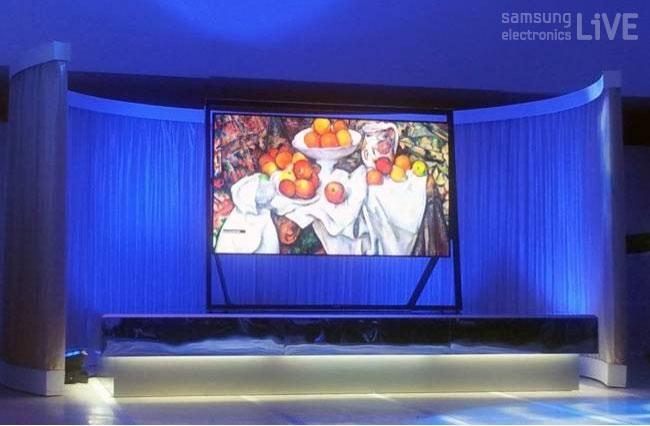 '사과와 오렌지가 있는 정물'그림이 나오고 있는 스마트TV 화면