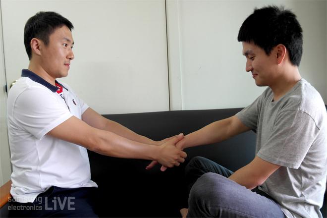 DMC 연구소 차세대 통신팀 백광현 책임이 손 안마를 하고 있는 모습