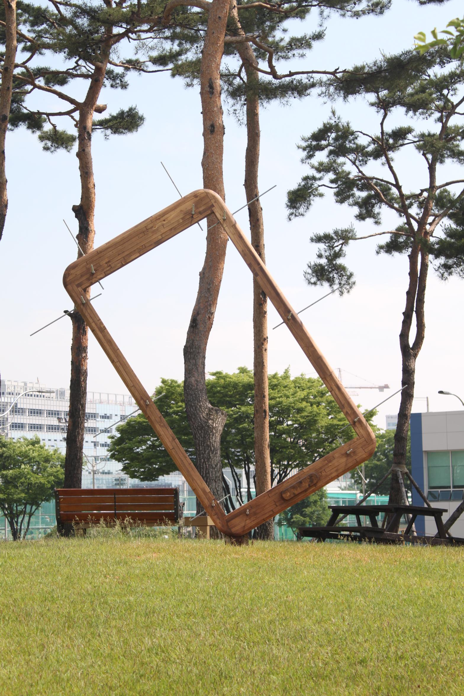 <사진설명_환경조각전> 5일부터 삼성전자가 수원 '디지털 시티' 곳곳에 서울시립대 4학년 학생들의 참신한 상상력과  기발한 아이디어를 담은 작품 36점을 전시한다.