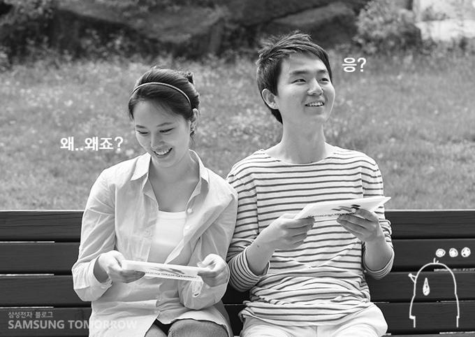 '왜...왜죠? 응?' 삼성스토리텔러 장민영과 김영도가 벤치에 앉아있는 모습입니다.