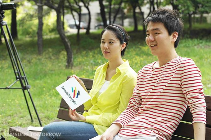 벤치에 여유롭게 앉아있는 삼성스토리텔러 장민영과 김영도입니다.