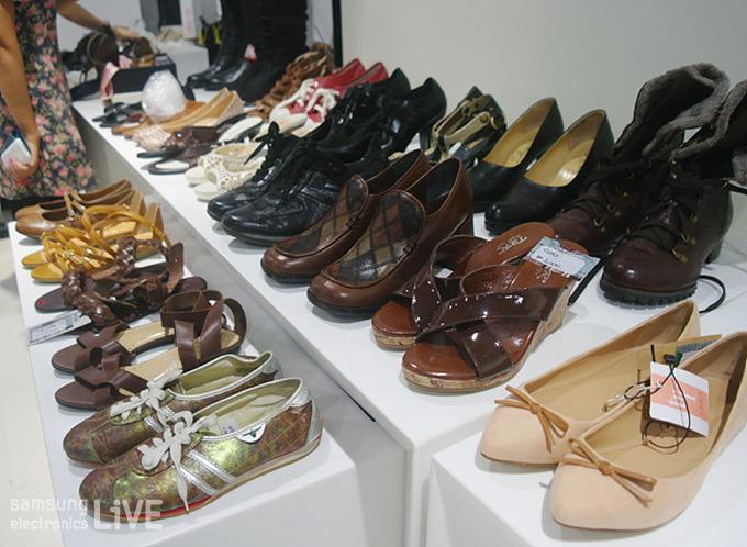 진열된 신발의 모습