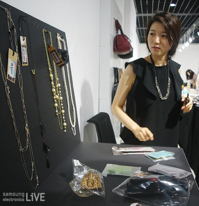 목걸이를 고르는 삼성전자 임직원의 모습
