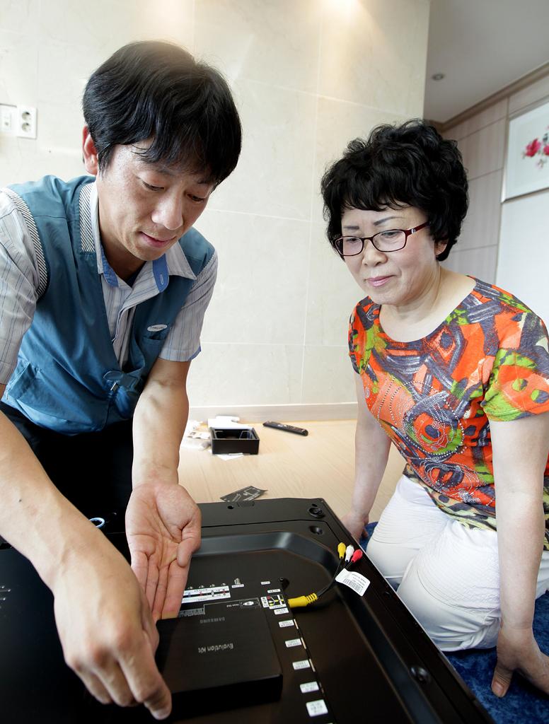 2500번째 에볼루션 키트를 구매한 고객의 집에 에볼루션 키트를 설치하는 모습