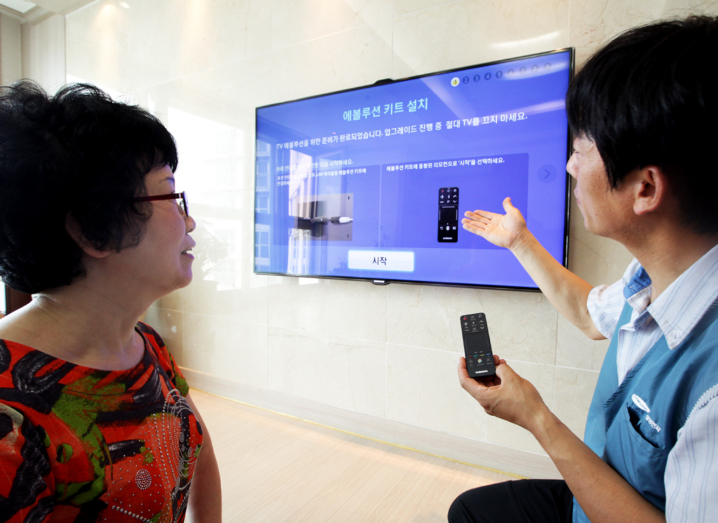 삼성전자 설치기사가 2500번째 에볼루션 키트를 구매한 고객의 집을 방문하여 에볼루션 키트를 장착하고 스마트TV의 업그레이드를 진행하고 있습니다.