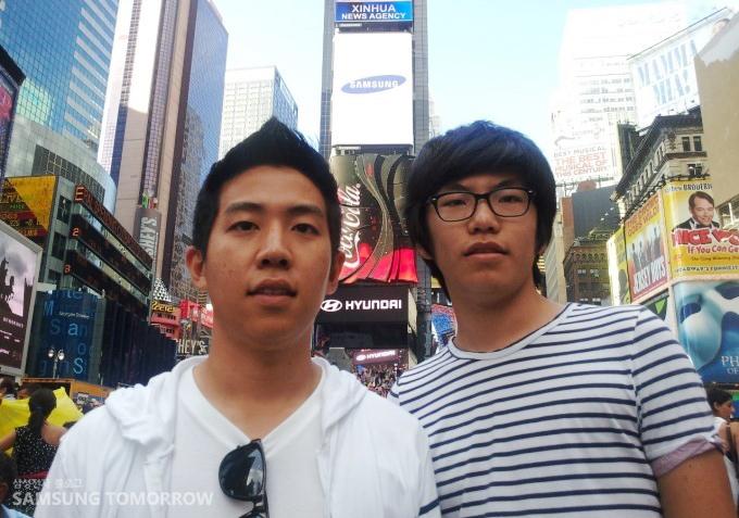 타임스퀘어 앞에서 사진을 찍는 스토리텔러들