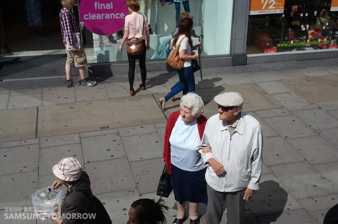 다정한 영국인 노부부